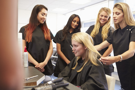 Teacher Helping Students Training To Become Hairdressers Zdjęcie Seryjne - 42311690