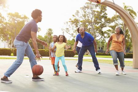 famille africaine: Famille multi-générations jouer au basket Ensemble Banque d'images