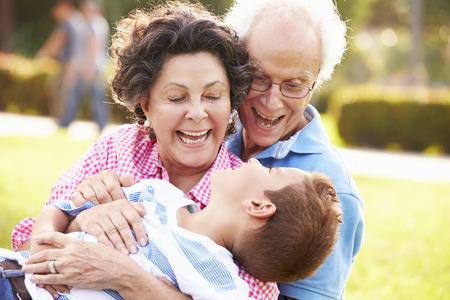 Los abuelos se divierten en parque con el nieto Foto de archivo