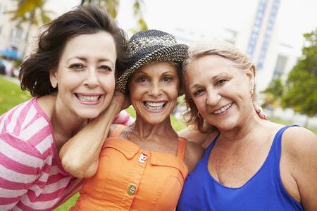 mujeres juntas: Retrato De Tres Personas Mayores Femenino Amigos en el parque Foto de archivo