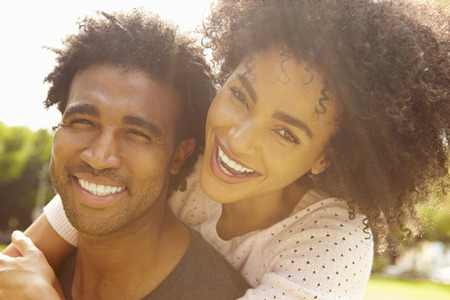 afroamericana: Retrato de los pares románticos que se relajan en el parque