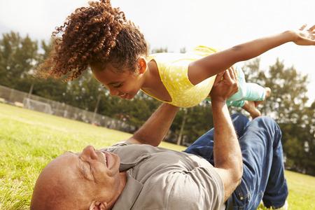 abuelo: Abuelo que juega al juego con la nieta en el parque Foto de archivo