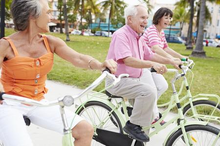 自転車に乗って楽しんでの年長の友人のグループ