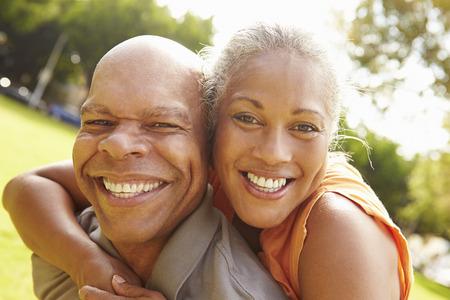 公園でリラックスしたロマンチックな年配のカップルの肖像画