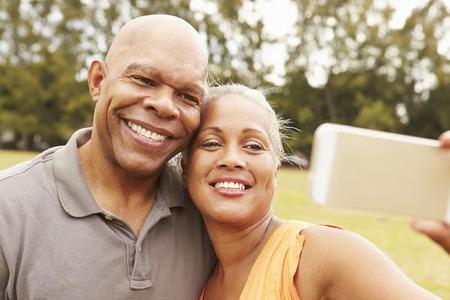 tercera edad: Pareja mayor Tomando selfie En el Parque