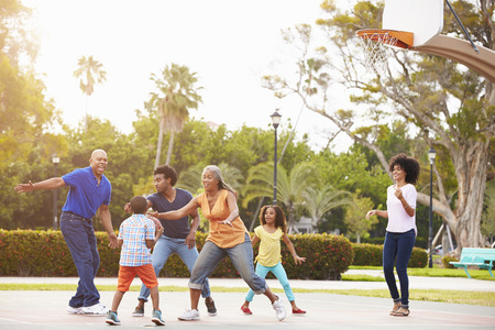 terrain de basket: Famille multi-g�n�rations jouer au basket Ensemble Banque d'images