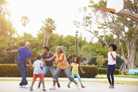 cancha de basquetbol: Multi generacional juega a baloncesto Juntos
