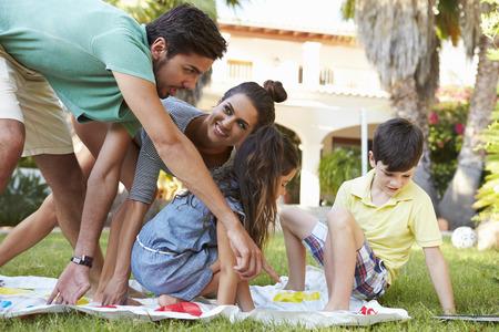 jugando: Familia que juega el juego de equilibrio en jard�n