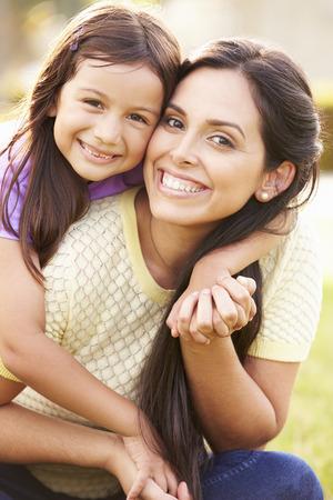 Retrato de la madre hispana e hija en parque Foto de archivo - 42314720