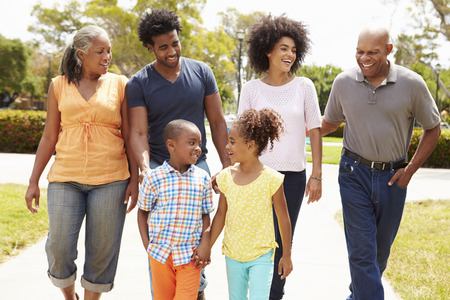 公園を一緒に歩いて多世代家族