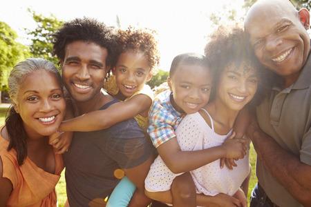 семья: Портрет Мульти поколения семьи в парке вместе