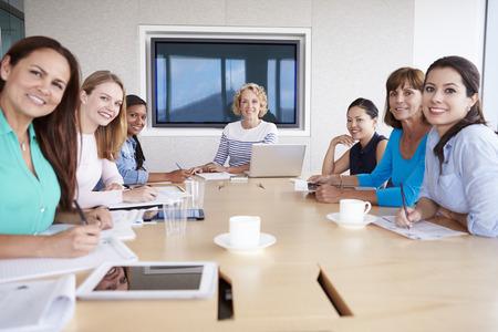 Grupo de empresarias Reunión Alrededor de la sala de reunión Mesa Foto de archivo - 42314735