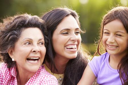 niños riendose: Abuela con la nieta y madre en el parque Foto de archivo