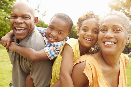 famille africaine: Les grands-parents petits-enfants Donner ferroutage dans le jardin