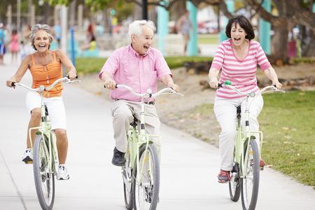persona de la tercera edad: Grupo de amigos mayores que se divierten en Paseo de la bicicleta