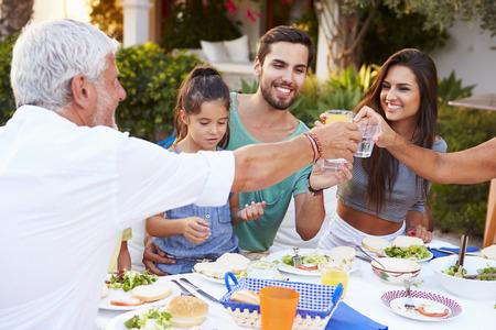 comiendo: Multi generacional Comer comida en el Aire libre Juntos Foto de archivo