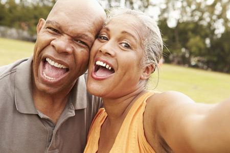 Couple senior Prenant Selfie Dans le parc Banque d'images
