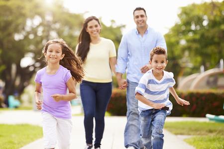 caminando: Familia hispánica que recorre en parque Juntos