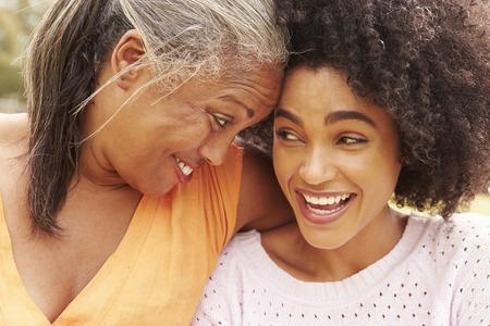 Portrait de la mère à sa fille adulte dans le parc
