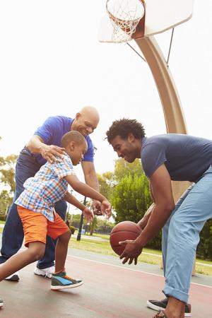 baloncesto: Abuelo con el hijo y nieto que juega a baloncesto