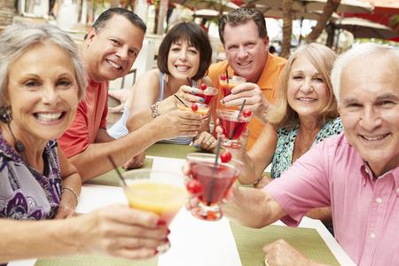 Groep hogere vrienden genieten van cocktails in Bar Together Stockfoto