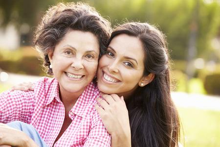 Matka s dospělá dcera v parku Together