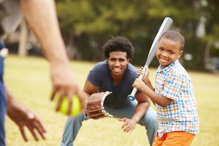 niños jugando en el parque: Abuelo con el hijo y nieto que juegan béisbol