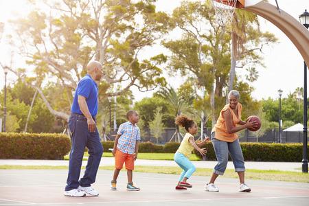 祖父母と孫が一緒にバスケット ボールをプレー