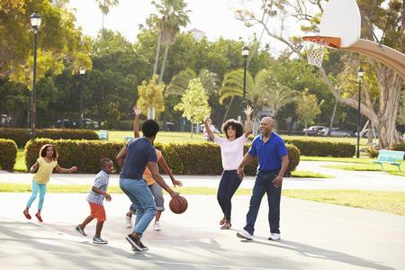 Famille multi-générations jouer au basket Ensemble Banque d'images