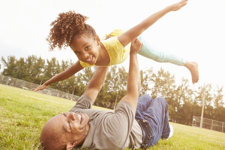 aile: Büyükbaba In The Park torunu ile Oyun Oynama Stok Fotoğraf