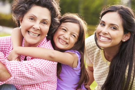 hispánský: Babička s vnučkou a matka v parku