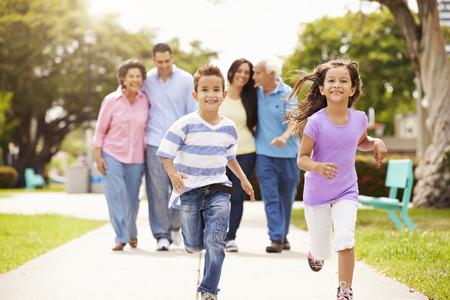 家人: 多代家庭公園走在一起
