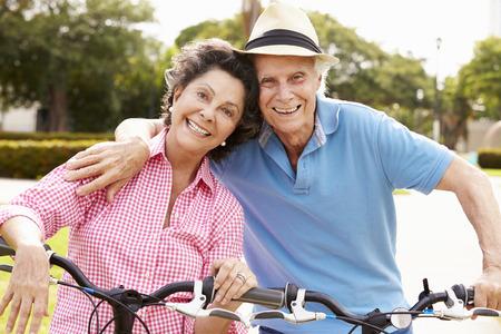 ancianos felices: Mayores Bikes Riding Pareja hispana en el parque
