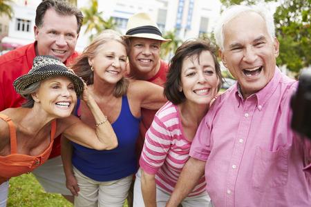 persona de la tercera edad: Grupo de amigos mayores que toman selfie En el Parque Foto de archivo