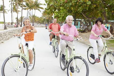 hombres haciendo ejercicio: Grupo de amigos mayores que se divierten en Paseo de la bicicleta