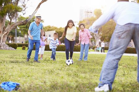 abuelos: Multi generacional que juega a fútbol Juntos