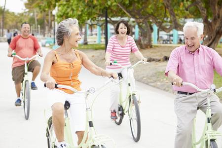tercera edad: Grupo de amigos mayores que se divierten en Paseo de la bicicleta