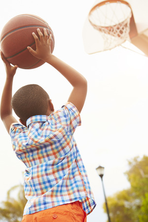 afroamericana: Muchacho En cancha de baloncesto disparo Para la cesta Foto de archivo
