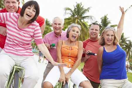 Groupe d'amis seniors amusent sur Balade à vélo