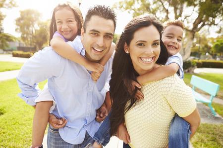 家人: 父母給孩子背著在花園