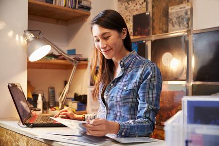 Jonge vrouw werken achter de balie bij een platenzaak Stockfoto