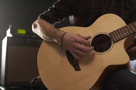 guitarra: Primer plano de hombre tocando la guitarra acústica amplificada Foto de archivo