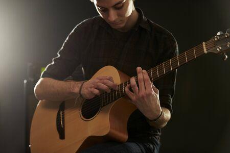 techniek: Mens die Tapping Technique op akoestische gitaar Stockfoto