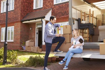 Familie Op Tail Lift Van verhuiswagen Verhuizen