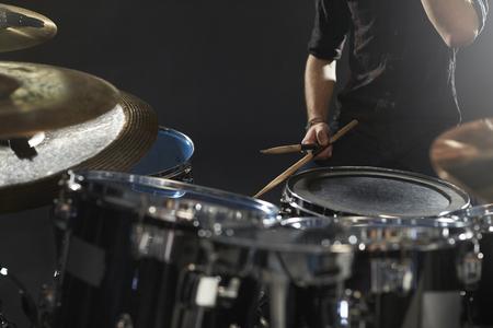 Close-up van Drummer spelen Drum Kit In Studio