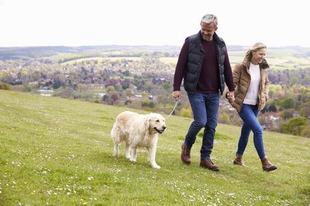 Ouder stel met Golden Retriever voor Walk