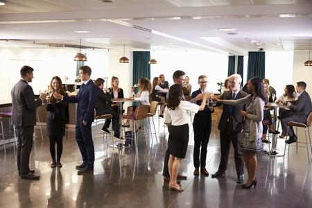 socializando: Los delegados de redes a las bebidas de conferencias Recepción