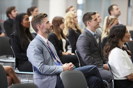 Audiencia que escucha el altavoz en la presentación de conferencias