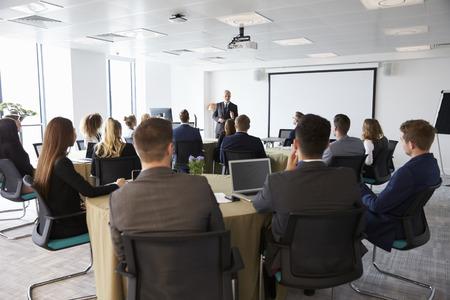 회의에서 프레젠테이션을 만드는 성숙한 사업가