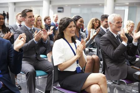視聴者の会議のプレゼンテーションの後スピーカーを拍手